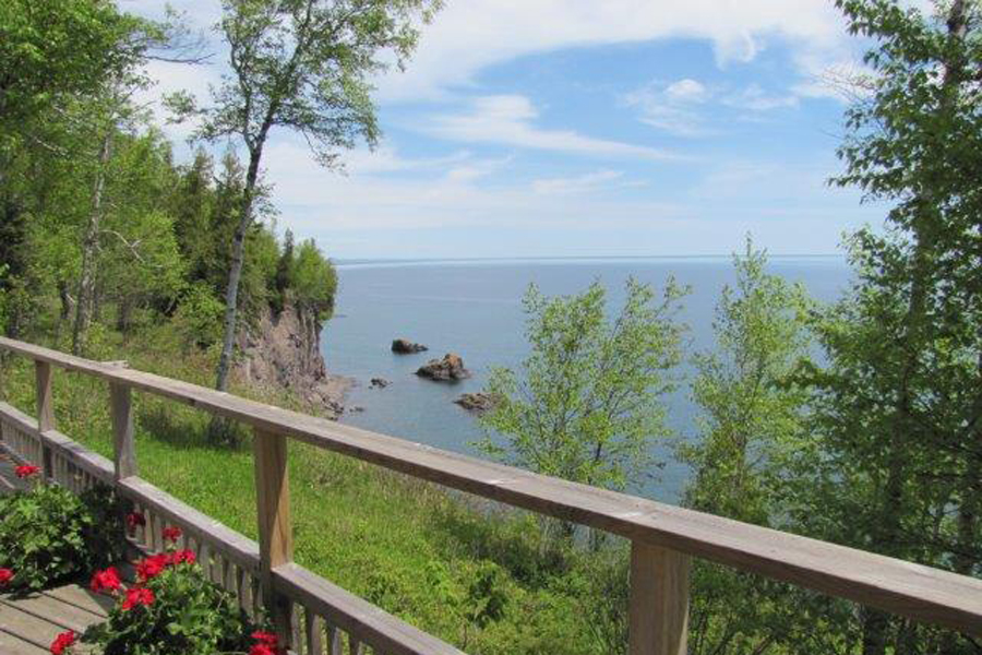 lake-superior-cabin-rental-highbrow-deck-5
